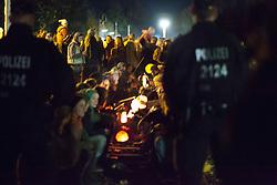 Laternenumzug Hitzacker mit Gesang und Akkordeonbegleitung. Es gab eine ruhige Sitzblockade auf einem der Bahnübergänge in Hitzacker, die Polizei hat keine Anweisungen erteilt. Insgesamt war es ein schöner und eindrucksvoller Spaziergang durch die Nacht. <br /> <br /> Ort: Hitzacker<br /> Copyright: Marie-Theres Böhmker<br /> Quelle: PubliXviewinG