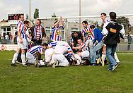 HEERLERHEIDE 03/05/2009 GROENE STER - UDI19. COMPETITIEWEDSTRIJD EERSTE KLASSE - SEIZOEN 2008-2009. DE TITEL IS BINNEN. SPELERS DUIKEN FEESTEND OP ELKAAR. Foto: John Kraijenbrink/Pix4Profs