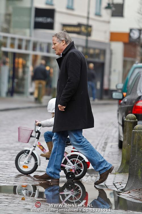 NLD/Laren/20100320 - Fons de Poel en dochter Fons op de fiets leert haar de verkeersregels