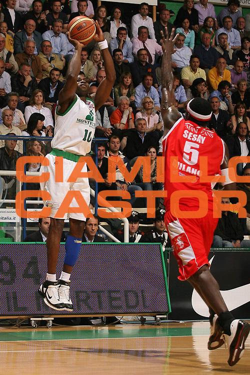 DESCRIZIONE : Siena Lega A1 2007-08 Playoff Semifinale Gara 1 Montepaschi Siena Armani Jeans Milano <br /> GIOCATORE : Romain Sato <br /> SQUADRA : Montepaschi Siena <br /> EVENTO : Campionato Lega A1 2007-2008 <br /> GARA : Montepaschi Siena Armani Jeans Milano <br /> DATA : 22/05/2008 <br /> CATEGORIA : Tiro <br /> SPORT : Pallacanestro <br /> AUTORE : Agenzia Ciamillo-Castoria/M.Marchi