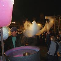 Toluca, M&eacute;x.- Un comerciante elabora algodones de azucar en la plaza civica de tolca durante las festividades navide&ntilde;as mientras que ni&ntilde;os asechan atentos una rafaga de aire. Agencia MVT / Mario Vazquez de la Torre. (DIGITAL)<br /> <br /> NO ARCHIVAR - NO ARCHIVE
