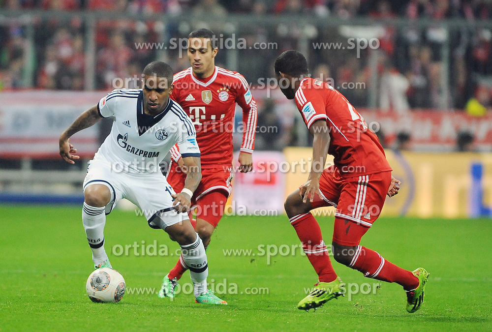 01.03.2014, Allianz Arena, Muenchen, GER, 1. FBL, FC Bayern Muenchen vs Schalke 04, 23. Runde, im Bild vl Jefferson Farfan (Schalke 04), Thiago Alcantara (FC Bayern Muenchen), David Alaba (FC Bayern Muenchen) // during the German Bundesliga 23th round match between FC Bayern Munich and Schalke 04 at the Allianz Arena in Muenchen, Germany on 2014/03/01. EXPA Pictures &copy; 2014, PhotoCredit: EXPA/ Eibner-Pressefoto/ Stuetzle<br /> <br /> *****ATTENTION - OUT of GER*****