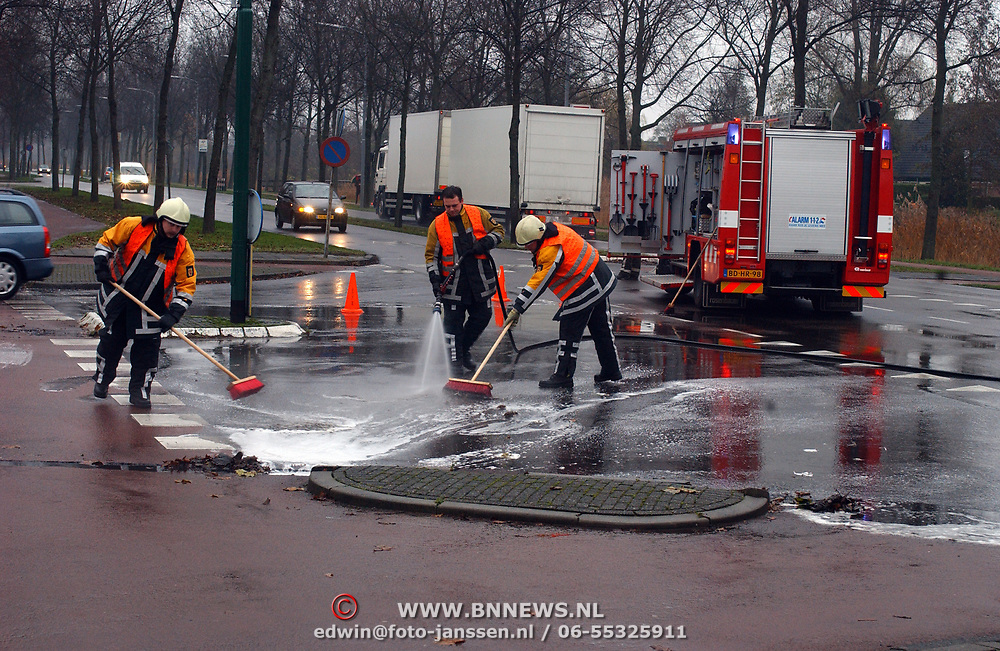 Reinigen wegdek Zuiderzee - Eemlandweg Huizen, na lekkage dieselolie