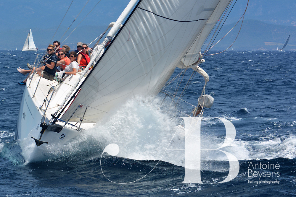 La plus ancienne et célèbre course du Yacht Club de Porquerolles qui a lieu chaque année le dimanche de Pentecôte. Les bateaux font le tour de l'île dans un sens choisi la veille.<br /> Le départ est donné depuis une plage (plage d'Argent ou Courtade) .<br /> Tous les équipiers sont assis sur le sable et doivent rejoindre à la nage leur bateau ancré devant la plage au coup de canon du lancement de la course.
