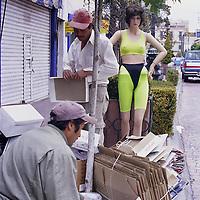 Toluca, Méx.- Trabajadores de limpia recogen la basura acumulada en las fiestas de navidad. Agencia MVT / Daniela Bojorquez.
