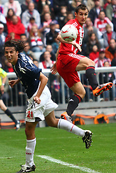 18.09.2010, Allianz Arena, Muenchen, GER, 1.FBL, FC Bayern Muenchen vs 1.FC Koeln, im Bild Pedro Geromel (Koeln #21) und Miroslav Klose (Bayern #18)  , EXPA Pictures © 2010, PhotoCredit: EXPA/ nph/  Straubmeier+++++ ATTENTION - OUT OF GER +++++ / SPORTIDA PHOTO AGENCY