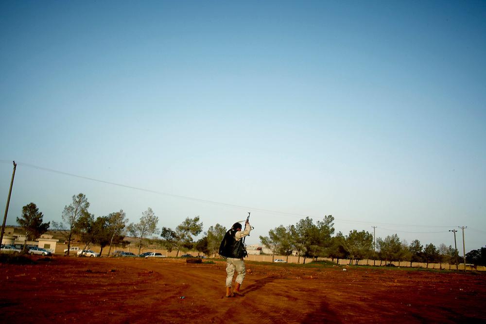 Rajma, Libya, 01.03.11..Opprørere på våpendepotet i Rajma. Det største våpendepotet i Øst-Libya. Tre dager senere eksploderte det med motstridende meldinger om både flyangrep, sabotasje og ulykke...Foto: Eivind H. Natvig