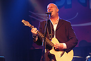 Uitreiking van de 3FM Awards in de Melkweg, Amsterdam Op de foto:<br /> <br /> Blof krijgt de 3 FM Award voor beste band uit handen van Wouter van der Goes