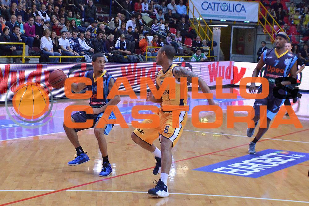 DESCRIZIONE : Verona Campionato Lega A2 2012-2013 Tezenis Verona Upea Capo d Orlando<br /> GIOCATORE : ryan battle<br /> CATEGORIA :  palleggio<br /> SQUADRA : Tezenis Verona Upea Capo d Orlando<br /> EVENTO : Campionato Lega A2 2012-2013<br /> GARA : Tezenis Verona Upea Capo d Orlando<br /> DATA : 03/11/2012<br /> SPORT : Pallacanestro <br /> AUTORE : Agenzia Ciamillo-Castoria/M.Gregolin<br /> Galleria : Lega Basket A2 2012-2013 <br /> Fotonotizia : Verona Campionato Lega A2 2012-2013 Tezenis Verona Upea Capo d Orlando<br /> Predefinita :