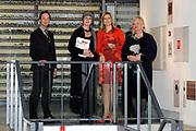 Prinses Maxima is aanwezig bij de opening van de internationale kunstmanifestatie 'Ja Natuurlijk - hoe kunst de wereld redt' in en om het Gemeentemuseum, het GEM en het Fotomuseum in Den Haag. <br /> <br /> Princess Maxima attends the opening of the international art 'Yes of course - how art saves the world &quot;and to the Municipal Museum, the GEM and the Photography Museum in The Hague.<br /> <br /> Op de foto / On the photo:  Prinses Maxima op de tentoonstelling / Princes Maxima at the exibition