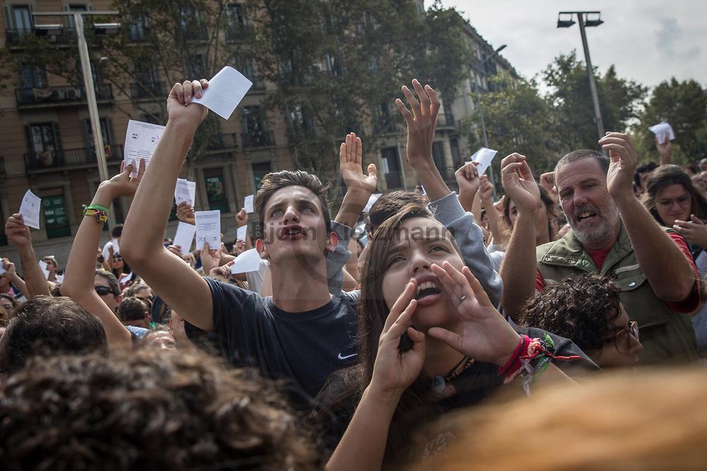 Barcelona, Catalonia, Spain - 02.10.2017<br /> <br /> Student protest march for the Catalan independence and the acceptance of referendum results.  Impressions of the day after the Catalan independence referendum.<br /> <br /> Studentenprotest fuer die katalanische Unabhaengigkeit und die Anerkennung der Ergebnisse des Referendums. Eindruecke aus Barcelona am Tag nach dem katalanischen Unabhaengigkeitsreferendum.<br /> <br /> Photo: Bjoern Kietzmann