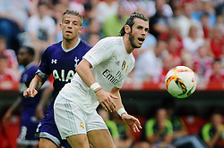 04.08.2015, Allianz Arena, Muenchen, GER, AUDI CUP, Real Madrid vs Tottenham Hotspur, im Bild vl Toby Alderweireld (Tottenham Hotspur) und Gareth Bale (Real Madrid) // during the 2015 AUDI Cup Match between Real Madrid and Tottenham Hotspur at the Allianz Arena in Muenchen, Germany on 2015/08/04. EXPA Pictures © 2015, PhotoCredit: EXPA/ Eibner-Pressefoto/ Stuetzle<br /> <br /> *****ATTENTION - OUT of GER*****