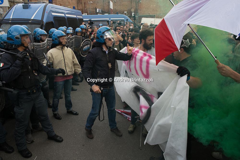 Bologna 03/05/2015 Chiusura Festa Nazionale dell&rsquo;Unit&agrave;<br /> Nella Foto: contestazioni davanti ai cancelli del Parco della Montagnola