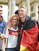 FUSSBALL WM 2014  PARTY DER DEUTSCHEN NATIONALMANNSCHAFT 15.07.2014 AM BRANDENBURGER TOR IN BERLIN   Bastian SCHWEINSTEIGER (re) mit Saengerin Helene FISCHER