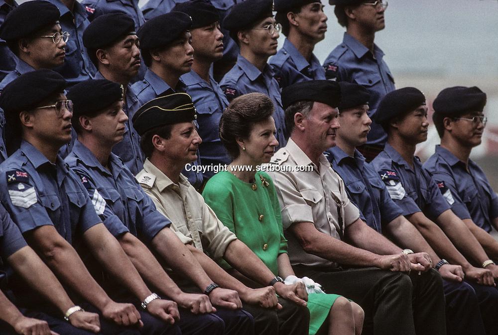 Hong Kong. princess Ann visiting British naval base     / Visite de la princesse Anne à la Base Prince of Walles et photo de famille avec l'armée.  / R00057/75    L940224c  /  P0000289