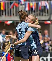 LAREN - Hockey- Vicky van den Broek (l) heeft gescoord en viert dit met Carlijn Welten van Laren, , zondag tijdens  de play off wedstrijd tussen Laren en SCHC (2-0) , waarbij SCHC werd uitgeschakeld. FOTO KOEN SUYK