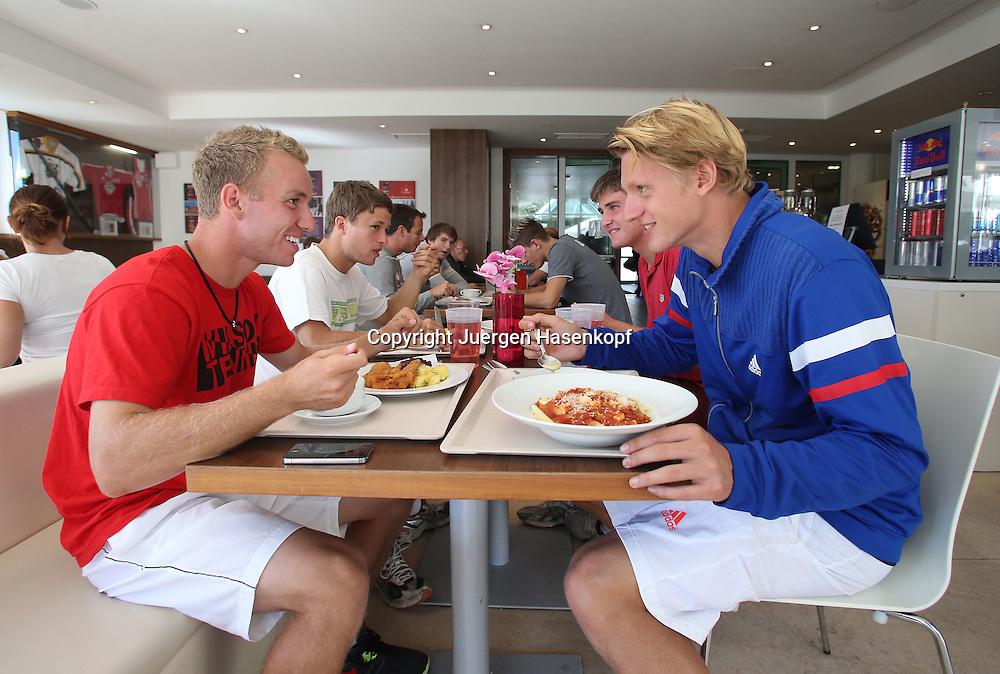 European Tennis Base (ETB) in Salzburg/AUT, R-L. Robin Kern und Calvin Knie, dahinter Boris Melamed und Daniel Geib im Restaurant beim Mittagessen,Kantine,