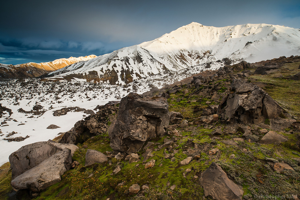 View from Mount Brennisteinsalda northeast towards Mount Bláhnúkur and Norðurbarmur in Landmannalaugar. Evening light on the mountain peaks.