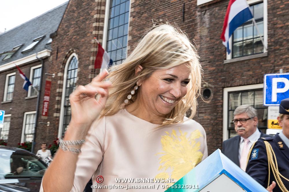 NLD/Utrecht/20170824 -  Koningin Maxima bij viering 650 jaar Bartholomeus Gasthuis, Koningin Maxima krijgt een 3D tekening van een fan
