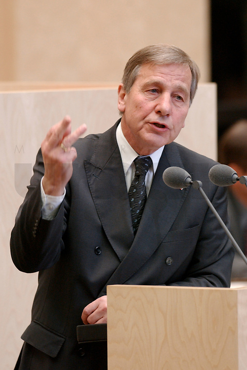 29 NOV 2002, BERLIN/GERMANY:<br /> Wolfgang Clement, SPD, Bundeswirtschaftsminister, waehrend seiner Rede, Bundesratsdebatte zum Thema Arbeitsmarkt, Plenum, Bundesrat<br /> IMAGE: 20021129-01-031<br /> KEYWORDS: speech