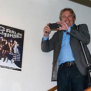 NLD/Amsterdam/20130516 - Presentatie Garland & Minelli, Tom Egbers neemt foto's van zijn vrouw