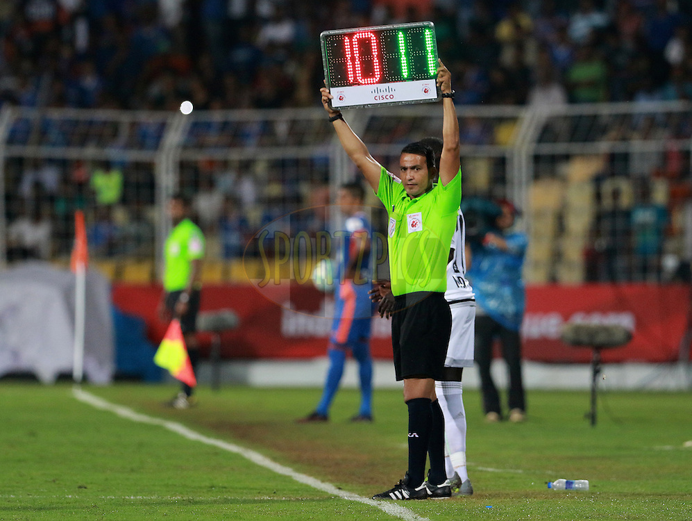 Referee shows the substitution sign board during match 8 of the Indian Super League (ISL) season 3 between FC Goa and FC Pune City held at the Fatorda Stadium in Goa, India on the 8th October 2016.<br /> <br /> Photo by Vipin Pawar / ISL/ SPORTZPICS