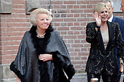 Aankomst koninklijke familie bij het Koningsdagconcert in de Philharmonie Haarlem.<br /> <br /> Arrival royal family at the Koningsdagconcert in the Philharmonie Haarlem.<br /> <br /> op de foto / On the photo: <br /> <br />  Prinses Beatrix en prinses Laurentien / Princess Beatrix and Princess Laurentien