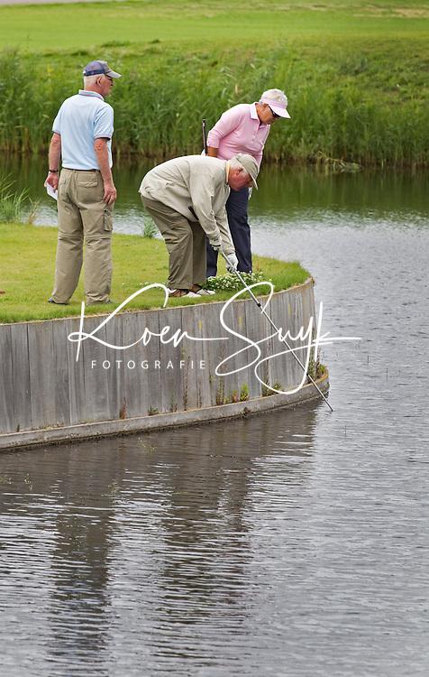 ZEEWOLDE - Golfclub Harderwold. vissen naar de bal. COPYRIGHT KOEN SUYK
