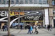 Frankrijk, Parijs, 28-3-2010Winkel van Renault aan de champs elysees. Exterieur.Foto: Flip Franssen/Hollandse Hoogte