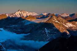 THEMENBILD - Sonnenaufgang am Grossglockner 3.798m rechts davon die Glocknerwand in der Glocknergruppe, Morgennebel zieht unterhalb des grossen Sonnblick 3.106 m auf, Aufgenommen am Mölltaler Gletscher in Flattach, Kärtnen, Österreich am 04.10.2011 // Sunrise on the Grossglockner (3.798m) at Moelltaler glacier in Flattach, Carinthia, Austria on 4/10/2011. EXPA Pictures © 2011, PhotoCredit: EXPA/ J. Groder