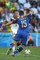 13.07.2014, Maracana, Rio de Janeiro, BRA, FIFA WM, Deutschland vs Argentinien, Finale, im Bild vl. Mesut Oezil (GER) gegen Martin Demichelis (ARG) // during Final match between Germany and Argentina of the FIFA Worldcup Brazil 2014 at the Maracana in Rio de Janeiro, Brazil on 2014/07/13. EXPA Pictures © 2014, PhotoCredit: EXPA/ Eibner-Pressefoto/ Cezaro<br /> <br /> *****ATTENTION - OUT of GER*****