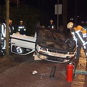 Ongeval met beknelling Huizerstraatweg Naarden, auto over de kope en tegen boom