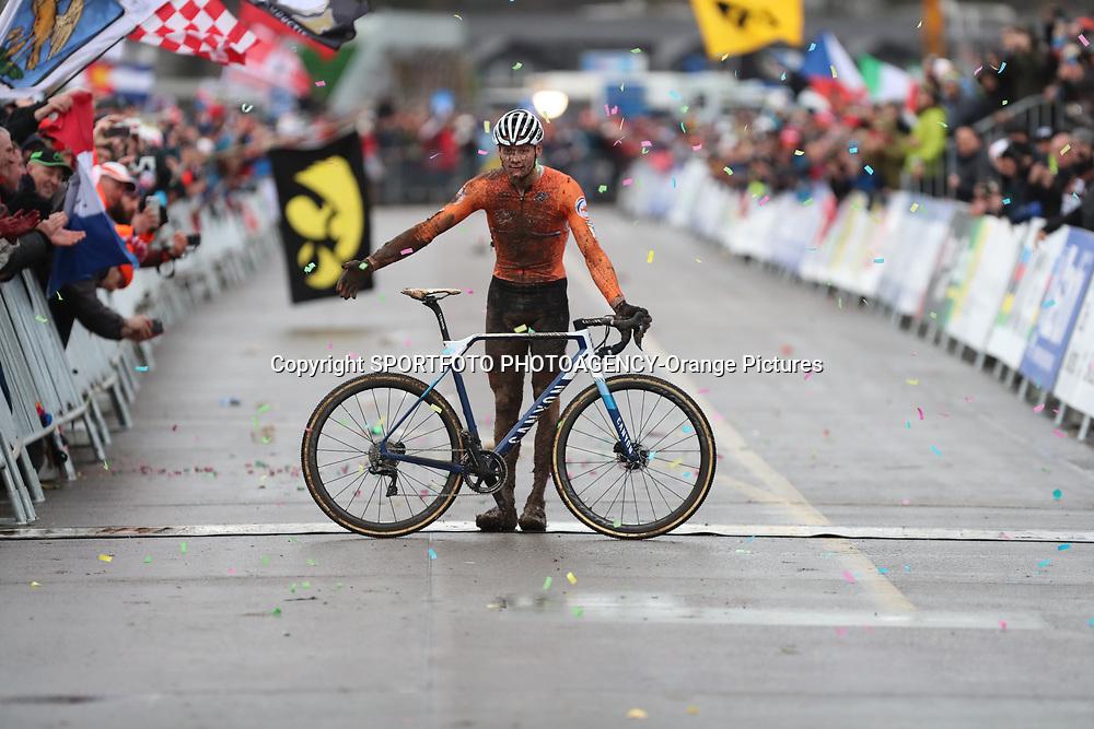 02-02-2020: Wielrennen: WK Veldrijden: Dubendorf<br />Mathieu van der Poel prolongeert op overtuigende wijze zijn wereld titel