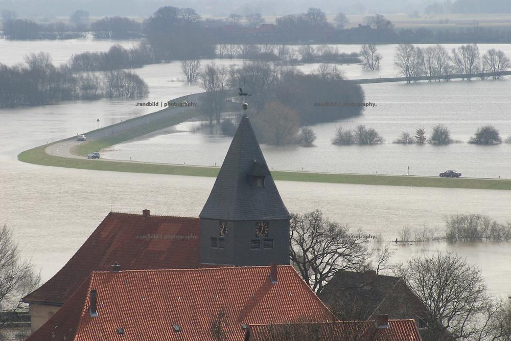 Blick über den Kirchturm der Altstadt von Hitzacker während des erneuten Rekord-Hochwassers der Elbe. Im Hintergrund ein vom Wasser eingeschlossener Deich...Elbe floods in Hitzacker, Germany.