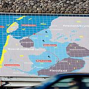 Nederland Den Oever Zurich 22 november 2008 20081122 Foto: David Rozing ..Serie afsluitdijk. De Afsluitdijk is een belangrijke waterkering en verkeersweg in Nederland. De waterkering sluit het IJsselmeer af van de Waddenzee. Hieraan ontleent de dijk zijn naam. De verkeersweg, onderdeel van Rijksweg a7, verbindt Noord-Holland met Friesland....Informatie plaquette / landkaart van gebied rondom afsluitdijk in de afsluitdijk ter hoogte van de uitkijktoren.  kaart; topografie; topografisch; topografische,  deltaplan.Foto David Rozing