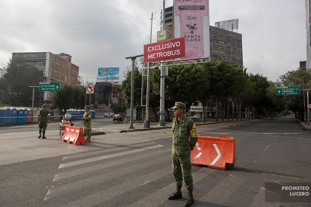 Militares cierran los accesos en avenida Insurgentes / Military personnel close access in  Insurgentes avenue (Prometeo Lucero)