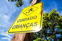 Sinalização urbana na Cidade Pedra Branca. Palhoça, Santa Catarina, Brasil. / Urban signage at Cidade Pedra Branca neighborhood. Palhoca, Santa Catarina, Brazil.