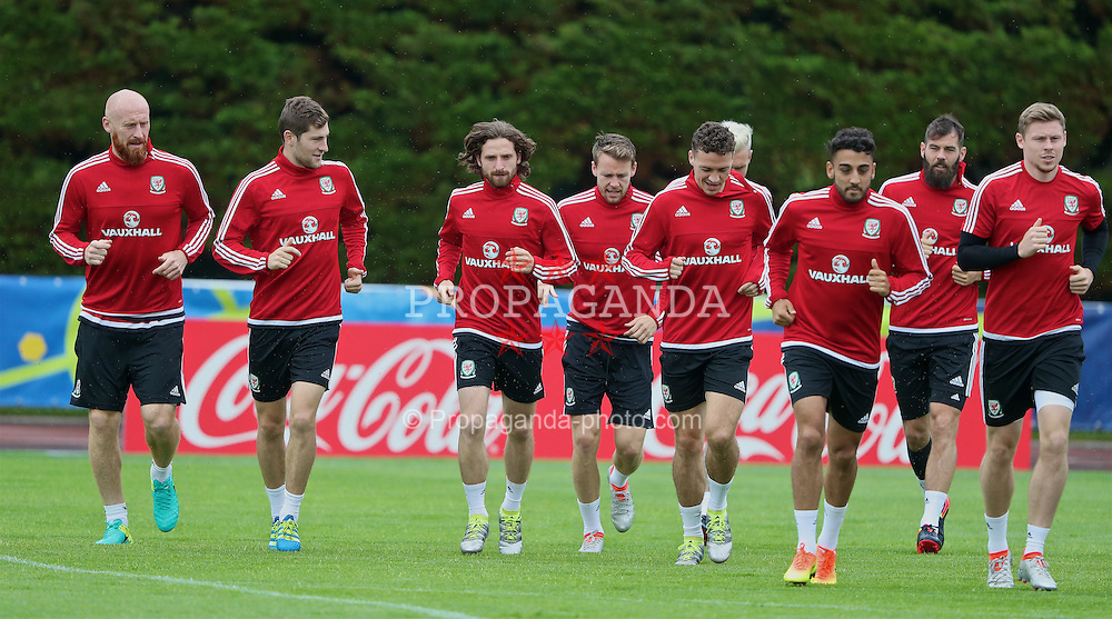 DINARD, FRANCE - Thursday, June 23, 2016: Wales' James Collins, Ben Davies, Joe Allen, Chris Gunter, James Chester, Neil Taylor, Joe Allen, Simon Church during a training session at their base in Dinard as they prepare for the Round of 16 match during the UEFA Euro 2016 Championship. (Pic by David Rawcliffe/Propaganda)