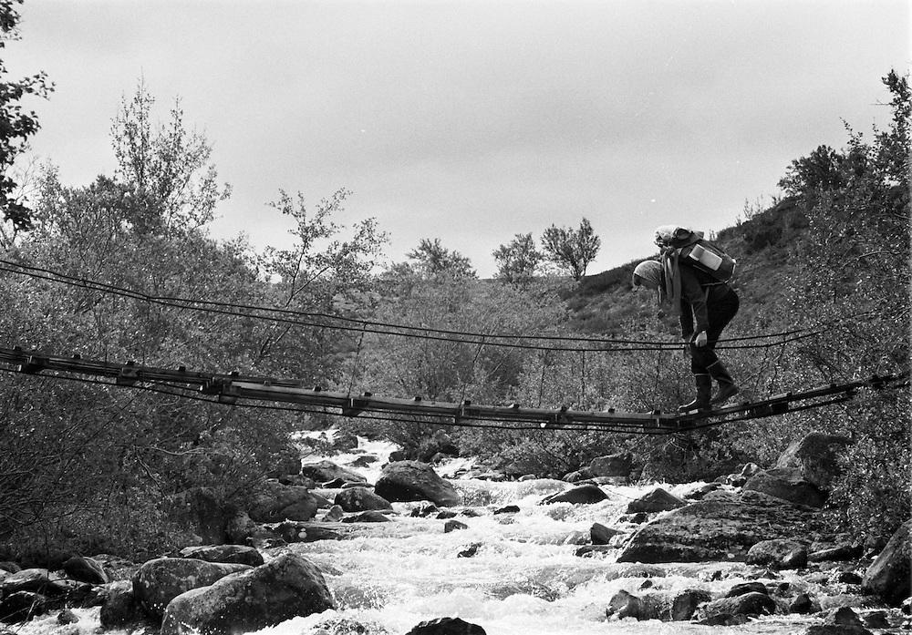 Vandrare på hängbro i Norge.