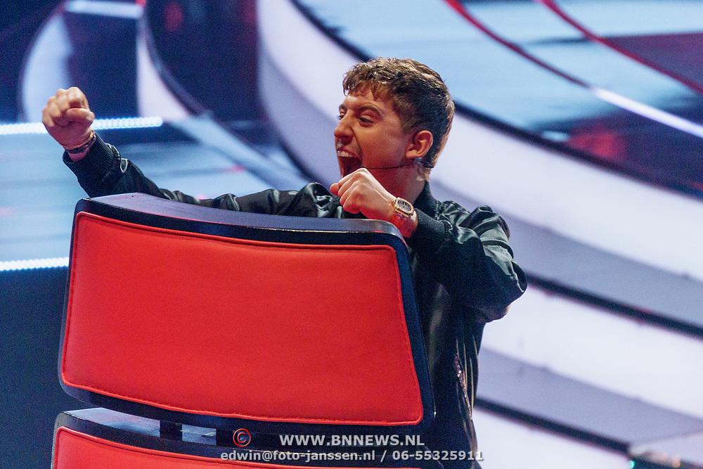 NLD/Hilversum/20190201- TVOH 2019 1e liveshow, Little Kleine dansend op zijn stoel