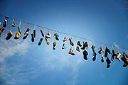 Nederland, Nijmegen, 19-7-2017Zomerfeesten tijdens de vierdaagse. Schoenen hangen boven de Ziekerstraat, een winkelstraat in de binnenstad.Foto: Flip Franssen