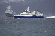 HNoMS Fridtjof Nansen (F310) and MS Mørejarl outside Brekstad in the Trondheim fjord january 2007...The Fridtjof Nansen class of frigates, for the Royal Norwegian Navy, are a derivative of the Spanish Alvaro de Bazán class of Aegis combat system-equipped air defence frigates. Navantia, Lockheed Martin and the US Navy are conducting final systems integration. A total of five will enter service between 2006 and 2010. The total projected cost for all five ships is NOK 21,000,000,000.[1] Both the class of ship as well as the lead ship are named after Fridtjof Nansen, the Norwegian scientist, explorer and humanitarian...HNoMS Fridtjof Nansen (F310)..Displacement: 5,121 tonnes.Length: 132m x 16.8m x ?m.Armament: 76mm OTO Melara SuperRapid gun.12.7mm.Stingray LWT.depth charges.ESSM MK 41 VLS.NSM SSM.Max speed: 26+kts.Crew: 120.Launch: June 3, 2004 ..KNM Fridtjof Nansen og MS Mørejarl utenfor Brekstad i Trondheimsfjorden, januar 2007...De fem Fridtjof Nansen-klasse fregattene med organisk heilkopter er bygget til å være svært robuste for havgående operasjoner og har gode kamp- og informasjonssystemer. Fregatten er et multirolle fartøy og kan utføre oppgaver i alle krigføringsområde, men har begrensinger mot store avstander, særlig mot landmål...Integrasjonen av helikoptre i Marinen er en omfattende oppgave som skal løses i nært samarbeid med Luftforsvaret. Helikoptrene vil øke effektiviteten av fregattene som et fellesoperativt våpensystem drastisk. Kampsystemet Fridtjof Nansen med organisk helikopter gjør fregattene til en svært fleksibel enhet med stort potensial både nasjonalt og internasjonalt...M/S «Mørejarl» er et hurtiggående katamaranfartøy bygget i aluminium ved Fjellstrand verft A/S i 2002 (bygg nr. 1664). Fartøyet eies av Kystekspressen ANS og opererer i Trondheimsfjorden - Kristiansund. M/S «Mørejarl» har plass til 274 passasjerer...    * Kjenningssignal: LLWD.    * Lengde: 36,7 m..    * Bredde: 10,1 m.