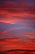 Ciel rouge avec nuages lors du crépuscule. Red Sky with clouds, on sunset time. Roter Himmel mit Wolken bei Sonnenuntergang.© Romano P. Riedo