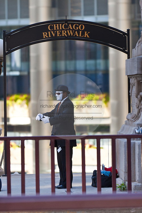 A mime performs on the N Michigan Ave Bridge in Chicago, IL, USA.