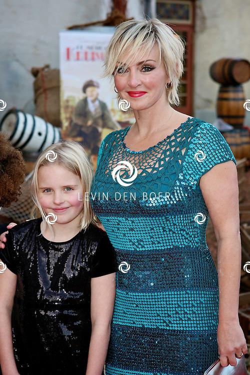 KAATSHEUVEL/EFTELING - Vanmiddag vond in Theater de Efteling de galapremiere plaats van de musical Kruimeltje, een coproductie van Rick Engelkes Producties en Efteling Theaterproducties.  Met op de foto Eva Lone van Roosendaal en haar dochter Puck. FOTO LEVIN DEN BOER - PERSFOTO.NU