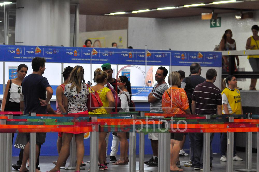 Esgotados os bilhetes de volta especiais do Metrô para a noite de Reveillon em Copacabana, válidos a partir das 19h do dia 31 até às 7h do dia primeiro de janeiro. No fim da tarde desta terça-feira (30) no guichê de vendas da estação Carioca e nos demais pontos só tinha bilhetes para às 23h do dia 31. Mesmo com a falta de opções muitos usuários do Metrô enfrentam as filas para adquirir o que resta. Para ida até às 19h pode ser utilizado os bilhetes comuns Foto: ERBS JR./Frame