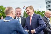 Koning bij viering 100-jarig bestaan Gezondheidsdienst voor Dieren in Deventer.<br /> <br /> Op de foto: Burgemeester Ron König, Commissaris van de koning Andries Heidema en Koning Willem-Alexander