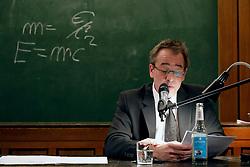 Rolf Becker, Mathieu Carrière, Stephan Schad und Kontrabassist Henning Kiehn bringen in einer szenischen Lesung Elfriede Jelineks 'Fukushima' erstmals mehrstimmig zum Klingen. Im voll besetzen Museum für Völkerkunde verteilen sie ihre Lesepositionen im gesamten Raum, lassen so stets neue Sicht- und Hörweisen zu. Ohne dass die Worte Fukushima oder Atomkraft fallen, wird das Geisterszenario nach dem GAU fühlbar, ein Beckett-haftes Endspiel. Zum Ausklang wagt Stephan Schad ein Experiment mit dem Publikum: eine Lecture Performance zum Thema Radioaktivität, basierend auf einem wissenschaftlichen Vortrag von Schads Vater – der 200.000 Jahre in Generationen darstellt. Um das Wort 'Generation' auszusprechen, benötigt der Schauspieler eine Sekunde, elf Minuten wiederholte er das Wort ohne Pause im Dialog mit dem Kontrabass –  bis an die Schmerzgrenze: 660 Sekunden sind 660 Generationen. Im Bild: Schauspieler Stephan Schad<br /> <br /> Ort: Hamburg<br /> Copyright: Andreas Conradt<br /> Quelle: PubliXviewinG