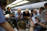 10 DEC 2004, ABU DHABI/UNITED ARAB EMIRATES:<br /> Peter Struck, SPD, Bundesverteidigungsminister, und Journalisten, waehrend einem Hintergrundgespraech auf dem Heimflug nach Besuches des Ausbildungskommandos der Bundeswehr fuer irakische Soldaten bei Abu Dhabi, Airbus A310 der Flugbereitschaft der Bundesluftwaffe<br /> IMAGE: 20041210-01-062<br /> KEYWORDS: Reise, Vereinigte Arabische Emirate, VAE, UAE, Gespräch, Hintergrundgespräch, Journalist