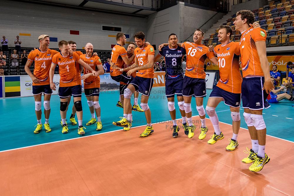 28-05-2017 NED: 2018 FIVB Volleyball World Championship qualification day 5, Apeldoorn<br /> Nederland - Slowakije / Thijs ter Horst #4, Robin Overbeeke #11, Thomas Koelewijn #15, Dirk Sparidans #3, Robbert Andringa #18, Jeroen Rauwerdink #10, Wessel Keemink #2
